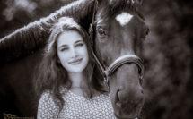 jeune fille avec son cheval noir