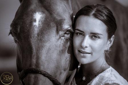 portrait en noir et blanc d'une jeune femme et son cheval