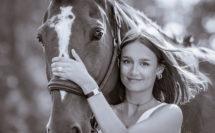 jeune fille avec son cheval en noir et blanc