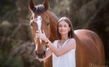 jeune fille avec son cheval bai en été