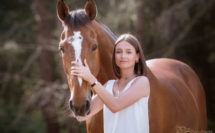 jeune fille avec son cheval l'été